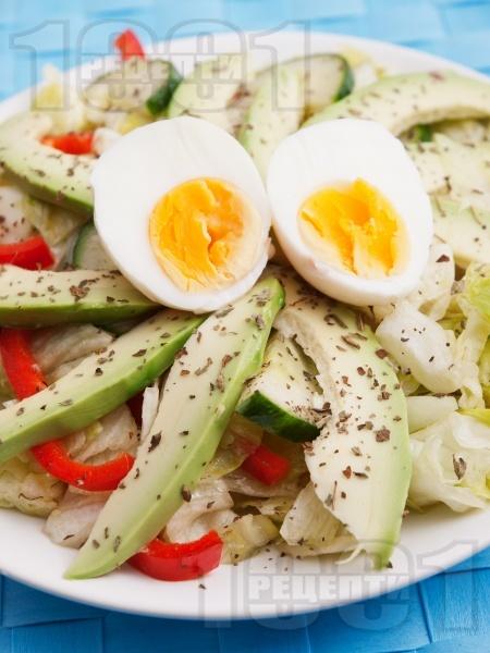 Зелена салата айсберг с яйца, авокадо и червени чушки и краставица - снимка на рецептата